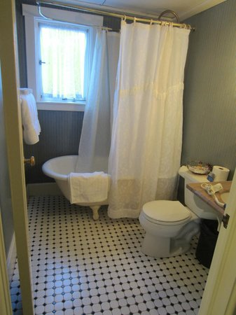 Martine Inn: Bathroom in Captain's Room with clawfoot tub