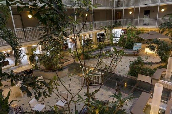 Le Beach Hôtel: atrium