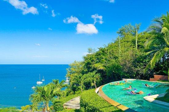 Colores del Pacifico: Pool