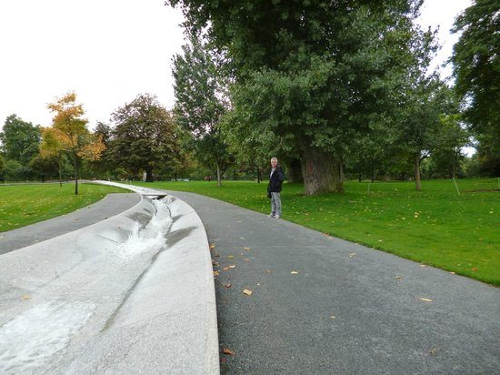 Diana Princess of Wales Memorial Fountain: Another path for reflection at Princess Diana Memorial Fountain in London
