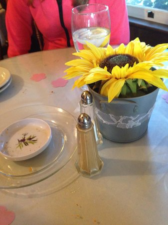 Nonna's Italian Kitchen & Catering: Each small round table had a flower.