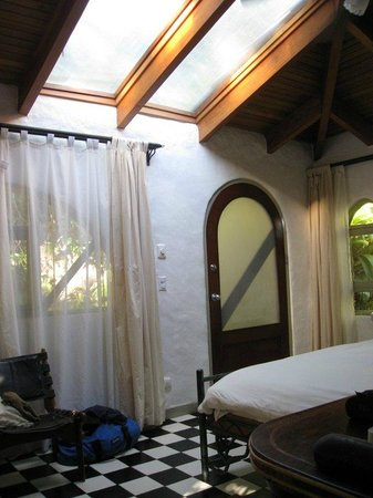 Finca Rosa Blanca Coffee Plantation Resort: Large skylight!  Sunrise is 5:30 am