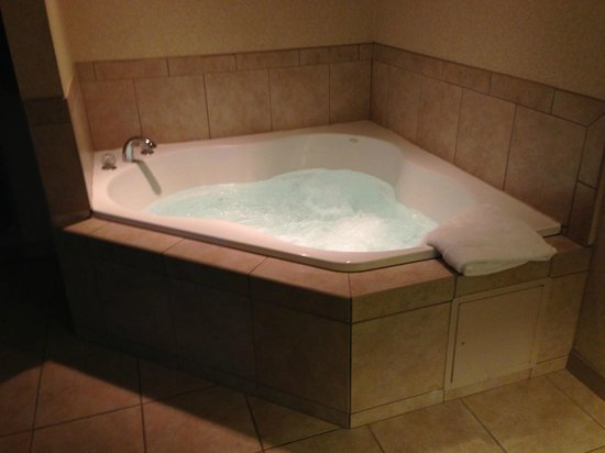 Holiday Inn Express Hotel & Suites West Mifflin : In-room whirlpool