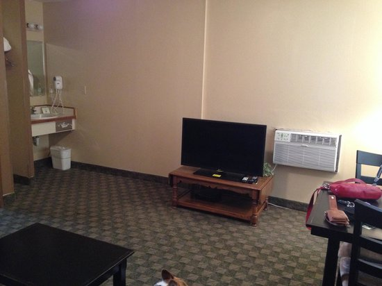 Fairbridge Inn & Suites : Living room with sink