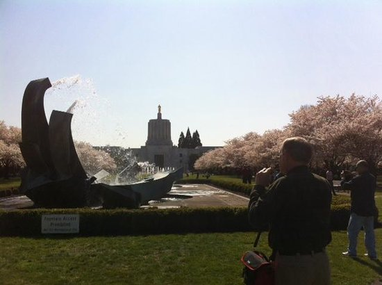 Oregon State Capitol: Oregon capitol and fountains