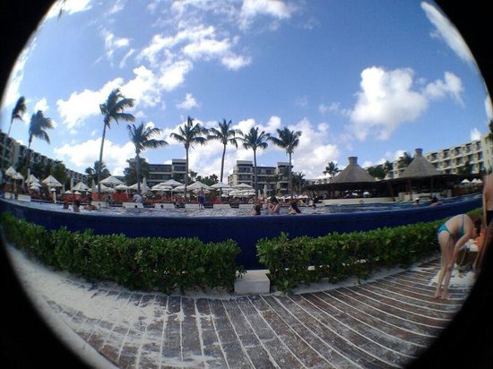 Dreams Riviera Cancun Resort & Spa: Vista hacia el hotel desde la playa