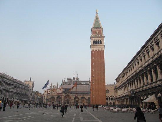 Markusplatz (Piazza San Marco): 鐘楼が目印