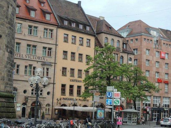 Gasthaus Pillhofer : 真ん中の黄色い建物がホテルです