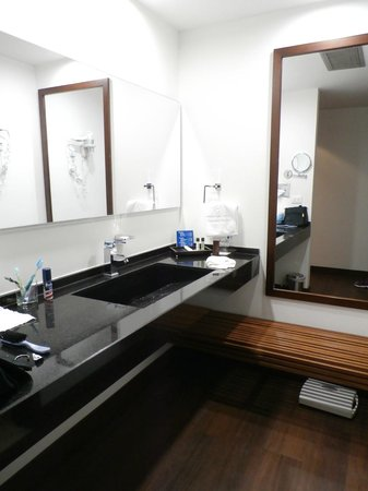 NH Collection Bogota Andino Royal: Tocador de baño.