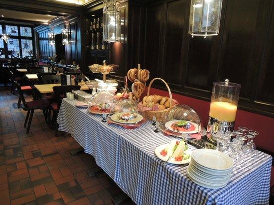 Gasthaus Pillhofer: 朝食バイキングは一階のレストランで