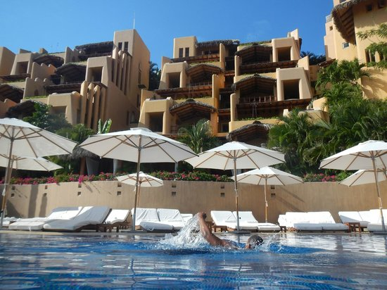 Cala de Mar Resort & Spa Ixtapa: view of hotel from the main pool