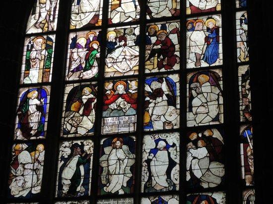 St. Lorenz Kirche: ステンドグラスは由緒あるものです