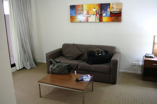 APX Apartments Darling Harbour: Comfy lounge and coffee table