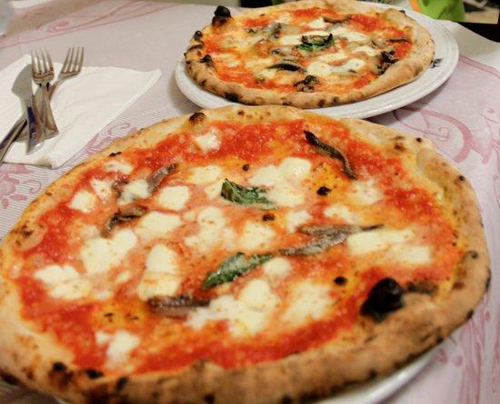 Di Matteo: 手前がレギュラーサイズピザ。でも超特大です。