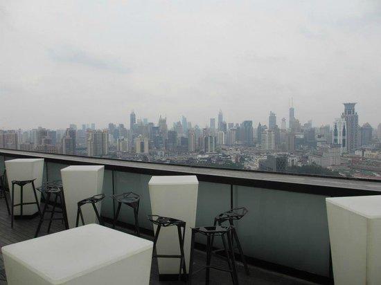 Hotel Indigo Shanghai on the Bund: Bar on the top floor