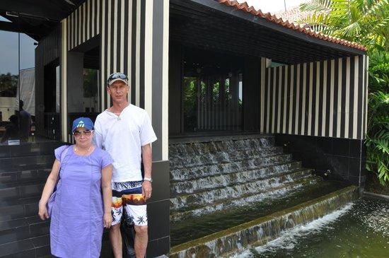 The Surf Hotel: У входа в отель