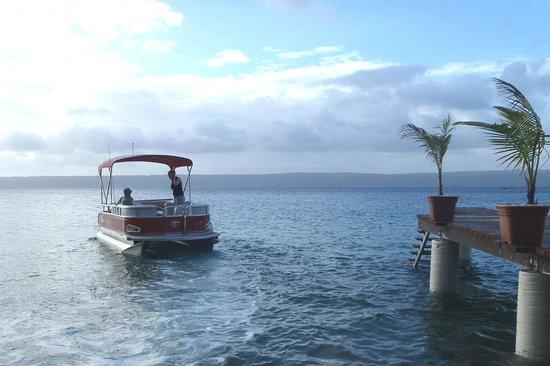 Paradise Cove Resort: Boat leaving the Paradise Cove jetty