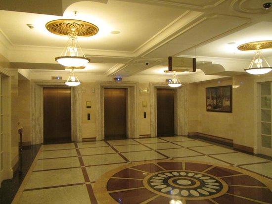 Radisson Royal Hotel Moscow: floor elevator lobby