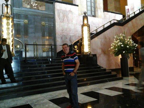 Palacio de Bellas Artes: Eu no hall do palácio.
