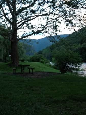 Nolichucky Gorge Campground: Relaxing riverside