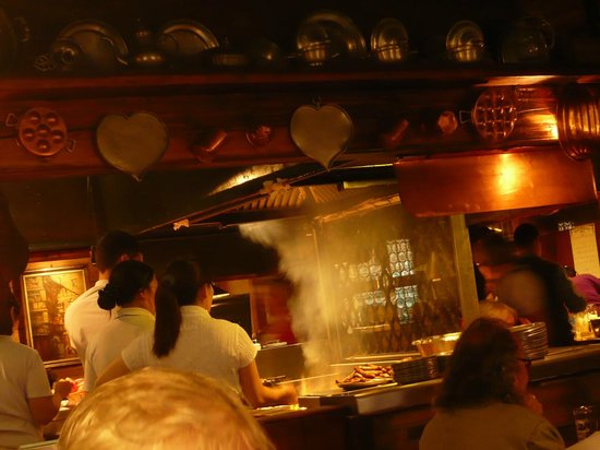 Bratwursthäusle: 店の真ん中で調理しています