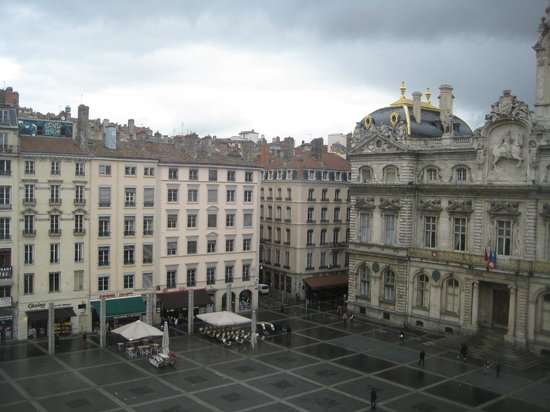 Musee des Beaux-Arts: Good views out the window over the square too!