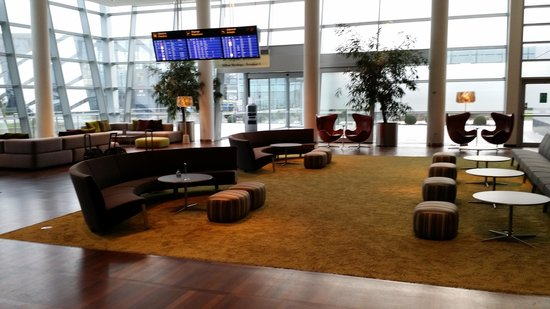 Clarion Hotel Copenhagen Airport: Lobby with Flight Monitors