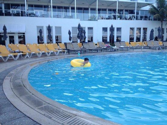 Boca Beach Club, A Waldorf Astoria Resort : Pool view to dining/bar terrace