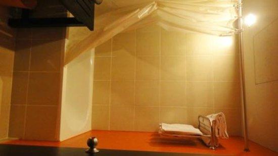 Miramar Hotel Bangkok: the shower area