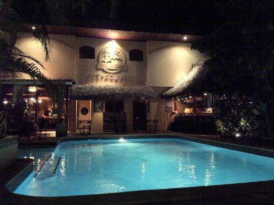 Villa del Sueno: Nightly view on pool and bar