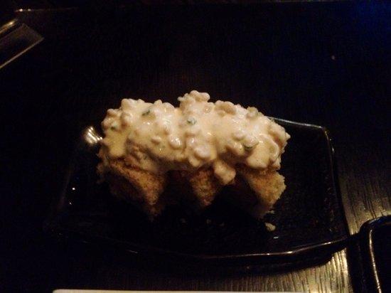 Edo Sushi Bar : IKA MAKI - Chicharrón de calamar, pescado empanizado y tempura de cebolla, envuelto en tenkatsu