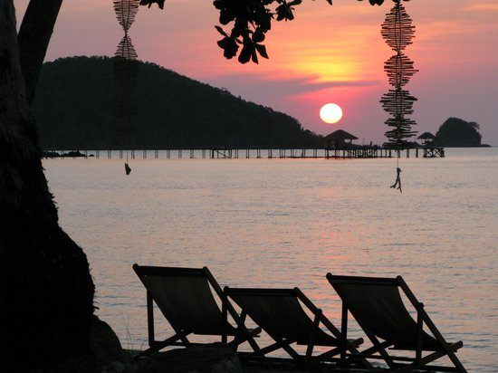Seavana Beach Resort Koh Mak: Sunset on the beach in front of the resort