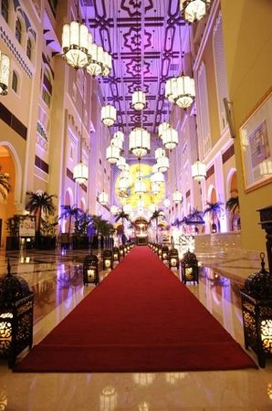 Movenpick Ibn Battuta Gate Hotel Dubai: what a gorgeous lobby area in hotel! Just like a chapel!