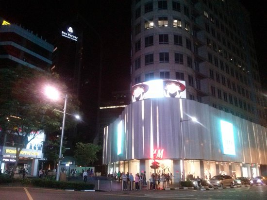 Rendezvous Hotel Singapore by Far East Hospitality: Orchard Rd is walking distance from Rendezvous
