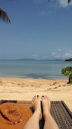 Seavana Beach Resort Koh Mak: View from the pool side loungers onto the crystal clear beach