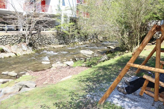 Zoders Inn & Suites: The brook and picnic area