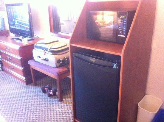 Best Western Plus Burlington Inn & Suites : Microwave and mini fridge