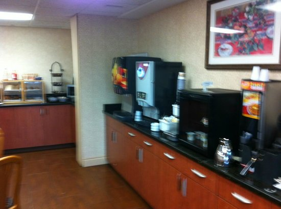 Best Western Plus Burlington Inn & Suites : Breakfast area