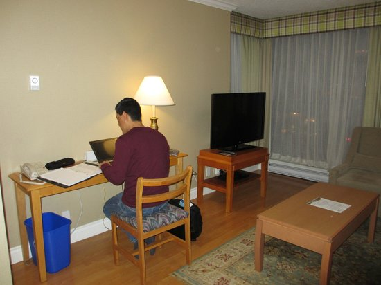 Sunset Inn and Suites: Using the free wifi at the desk plus a TV