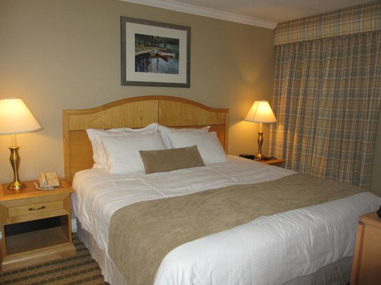 Sunset Inn and Suites: Separate bedroom has a king bed and another TV