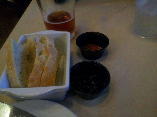 Linn's Fruit Bin Restaurant: Starter bread, buttet jam