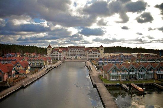 Maritim Hafenhotel Rheinsberg: Blick von Leuchtturm auf das Hotel