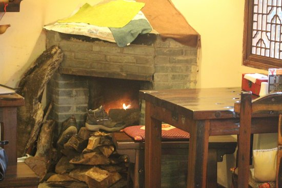 Yangshuo Tea Cozy: Fireplace in the dining area