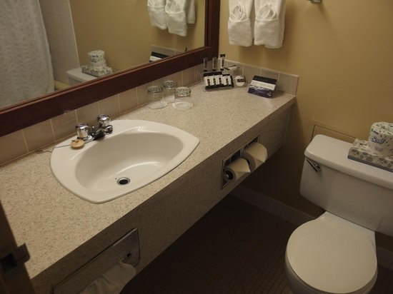 Explorer Hotel : Bathroom has good supply of amenities
