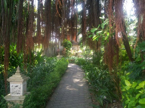 Bali Dynasty Resort Hotel: Path to the front of the Bali Dynasty