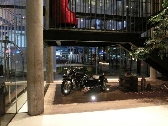 Morrissey Hotel Residences: ロビー。クラッシックバイクありいい感じ。