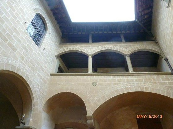 Castello di Montegufoni: LOOKING UP INTO CASTLE