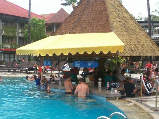 Bali Dynasty Resort : Swim up bar