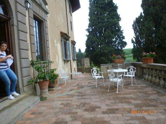Castello di Montegufoni : OUTSIDE PATIO WHERE U CAN HANG OUT!!