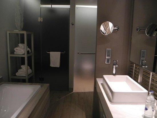 Pullman Phuket Arcadia Naithon Beach: spacious bathroom
